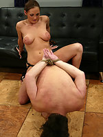 Mistress Venus returns home to find her slave has not scrubbed