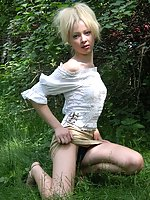 Blonde chick performs in the amateur photo session